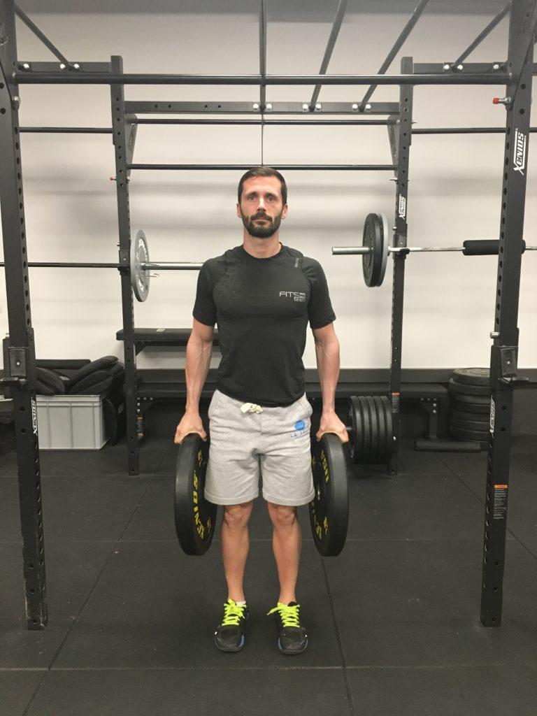 Pincer le plus longtemps possible des disques de musculation. Faites 3 à 5 séries à l'échec musculaire en chronométrant vos séries. Rajoutez une à plusieurs secondes toutes les séances.